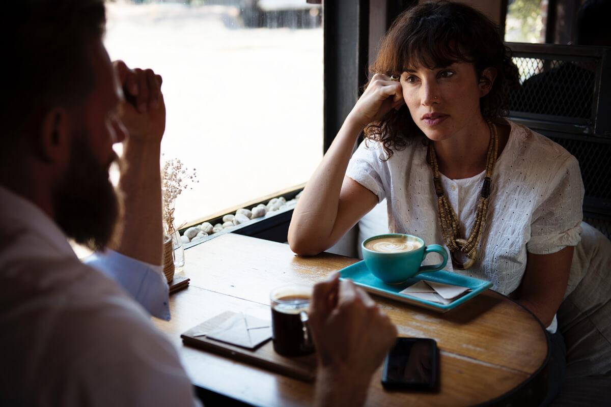 kobieta, spotkanie, kanapka, dawanie feedbacku, dobry feedback, efektywna krytyka, efektywne krytykowanie, efektywny feedback, feedback, jak krytykować, jak udzielać krytyki, jak udzielać poprawnego feedbacku, jak udzielić feedbacku, konstruktywna krytyka, metoda kanapki, poprawnego feedbacku, poprawny feedback, skuteczna krytyka, skuteczne krytykowanie, skuteczny feedback, udzielanie feedbacku, udzielanie konstruktywnego feedbacku, udzielanie konstruktywnej krytyki, udzielanie krytyki, kanapka w praktyce, kanapka do krytykowania, kanapka do feedbacku, do fitbeku