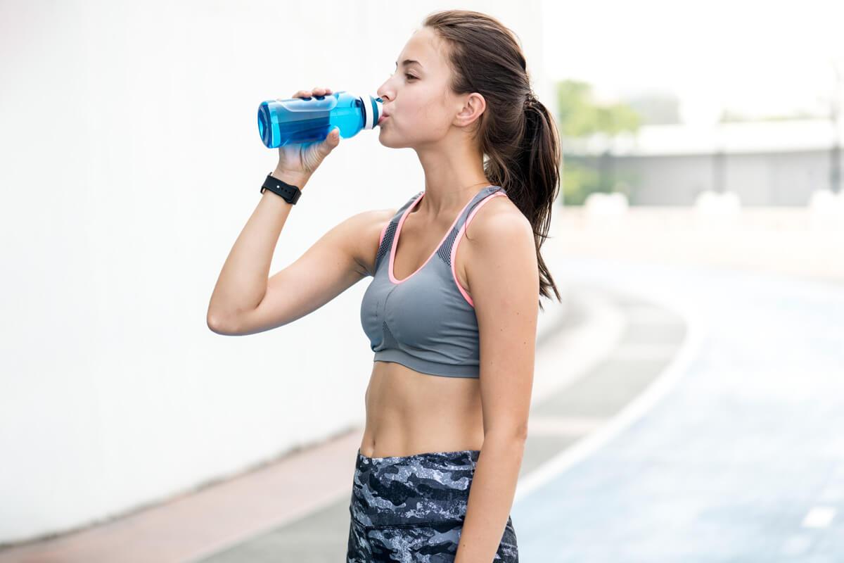poranne nawyk ludzi sukcesu - picie wody