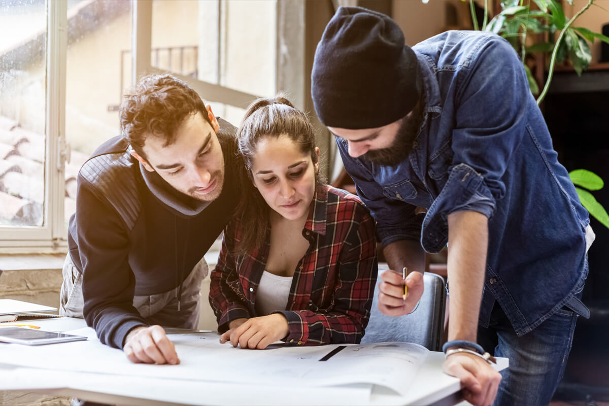 grupa młodych ludzi, pierwsza praca, staż, jak sobie radzić w pierwszej pracy