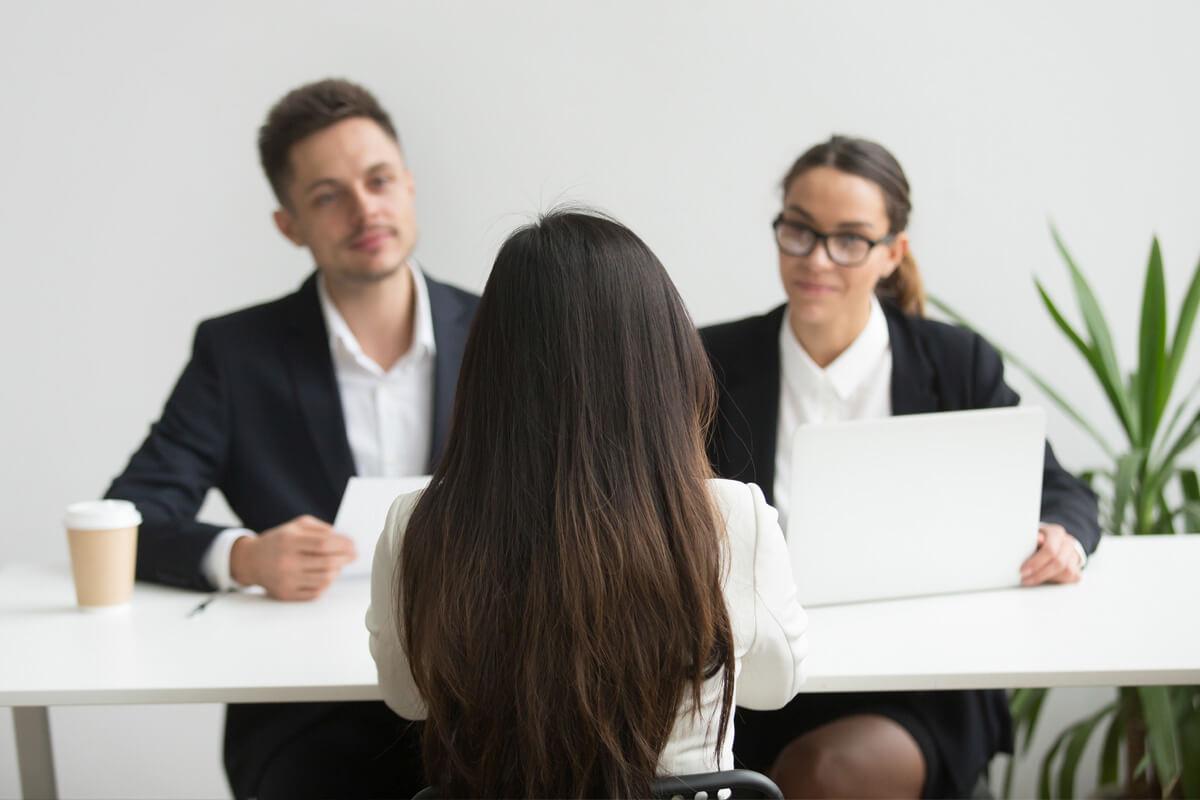 rozmowa kwalifikacyjna o pracę z rekrutującym, jak odpowiadać