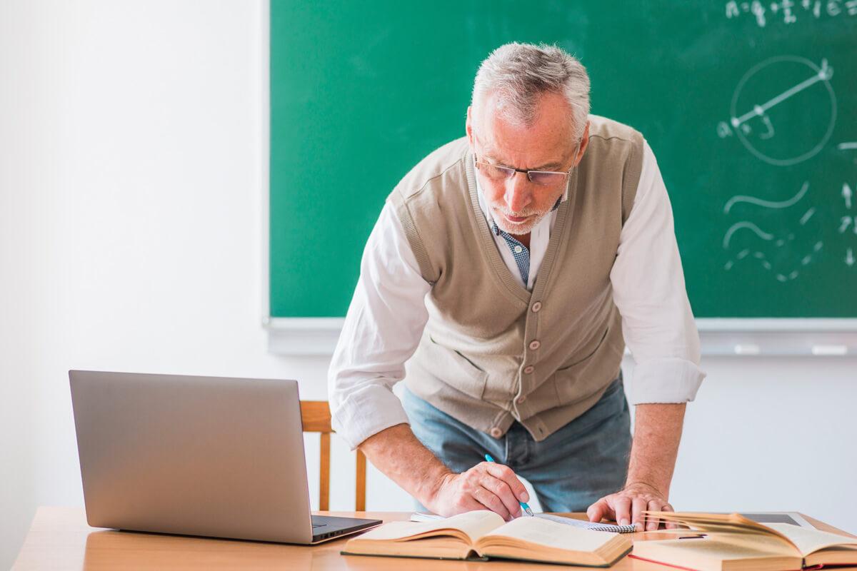 wykładowca akademicki fakty i mity profesor przy biurku czyta książkę wykład wykłady