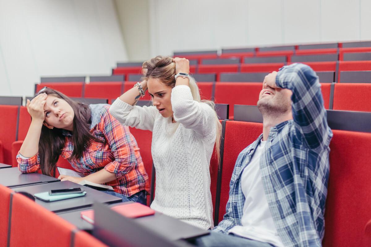 wykład przerażeni studenci fakty i mity o wykładach zajęcia aula hala zajęcia wykładowca akademicki fakty i mity