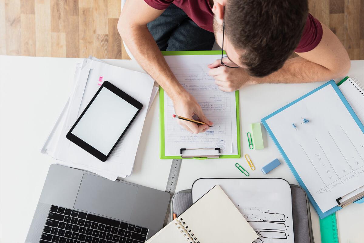 jak robić notatki na studiach, żeby zdać egzamin efektywny rozwój jak łatwiej ogarnąć studia student robi notatki narzędzia do notowania praca domowa