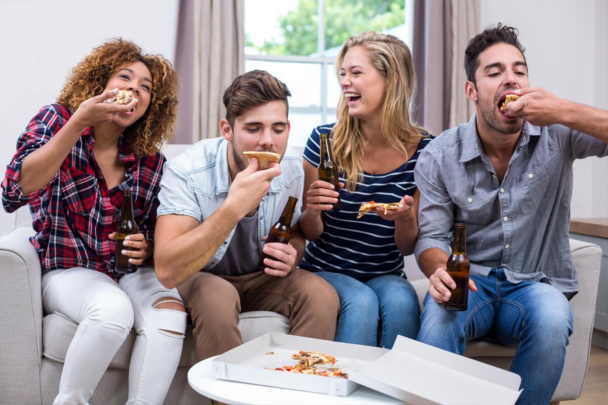 jak przeżyć akademiku i nie wyjść na prostaka, akademik - fakty i mity, studenci, efektywny rozwój, szkolenia i warsztaty, współpraca, impreza, wzajemne wspieranie się, grupa znajomych, jedzą pizzę, impreza