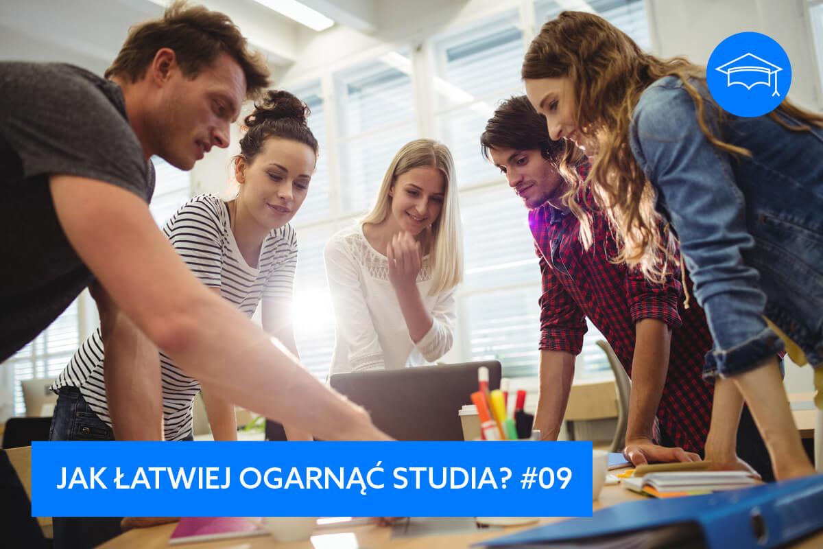 jak skutecznie pracować w grupie, praca w grupie, efektywny rozwój, szkolenia i warsztaty, Grzegorz Kobuszewski, młodzi uśmiechnięci ludzie pracują nad projektem, praca nad projektem