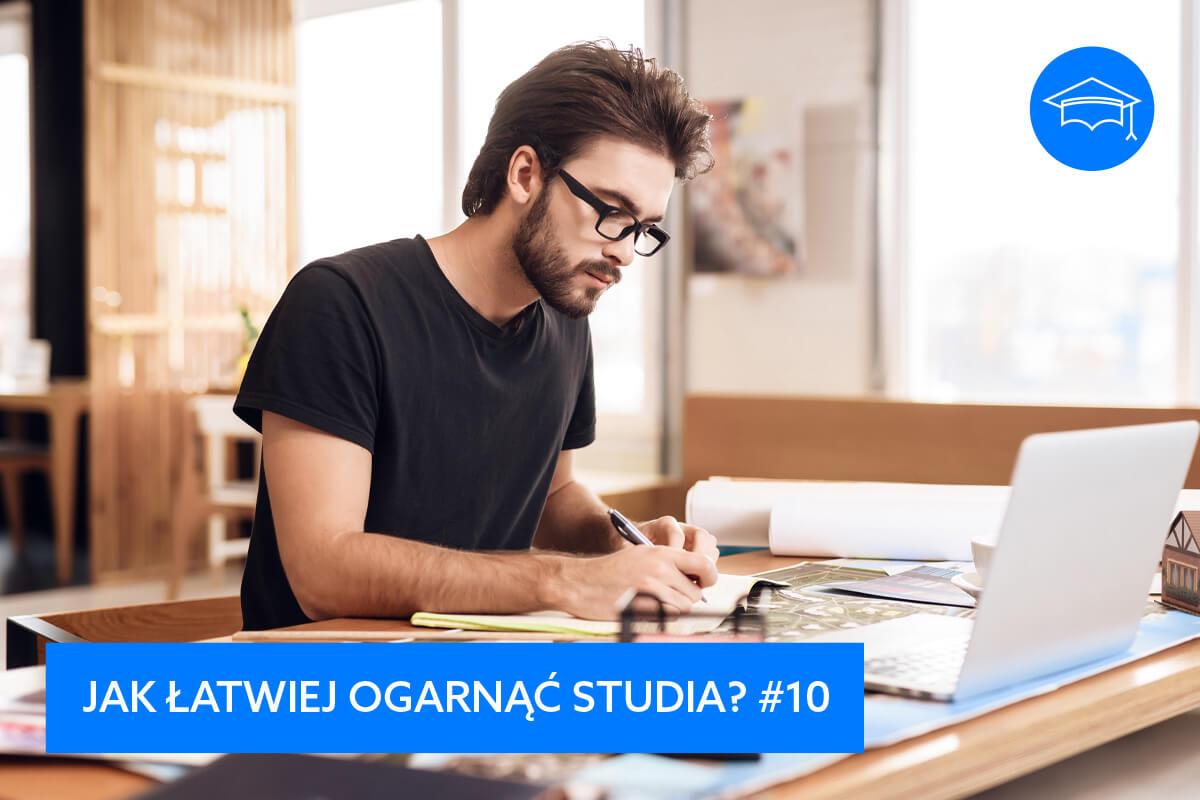 Jak pokonać lenistwo i wziąć się od razu do pracy, prokrastynacja, jak walczyć z lenistwem, jak pozbyć się lenistwa, efektywny rozwój, szkolenia i warsztaty, Grzegorz Kobuszewski, młody mężczyzna pracuje przy biurku