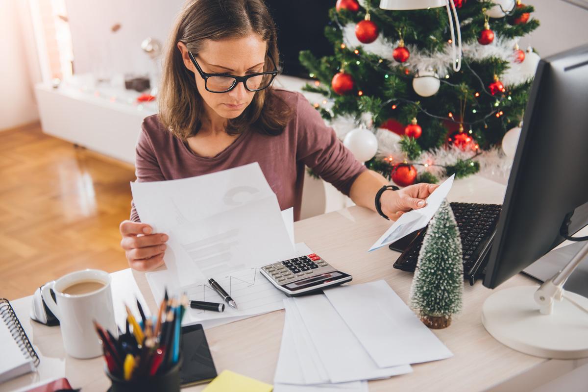 Jak sprawić, żeby kolejny rok był lepszy, jak planować nowy rok, kolejny rok, podsumowanie, refleksja, planowanie, efektywnyrozwój.pl, szkolenia i warsztaty, rozwój osobisty, kobieta siedzi przy biurku, praca przy biurku