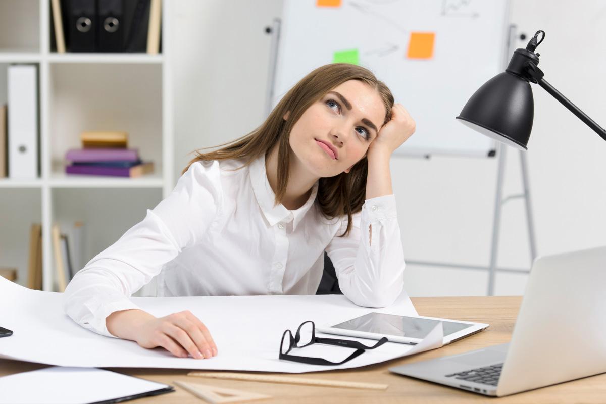 Jak sprawić, żeby kolejny rok był lepszy, jak planować nowy rok, kolejny rok, podsumowanie, refleksja, planowanie, efektywnyrozwój.pl, szkolenia i warsztaty, rozwój osobisty, kobieta przy biurku, zamyślona, refleksyjna
